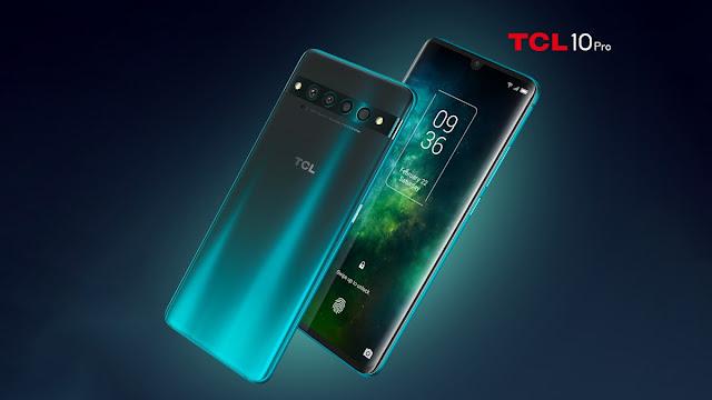 هاتفين TCL 10 Pro ، واحد بظهر رمادي.