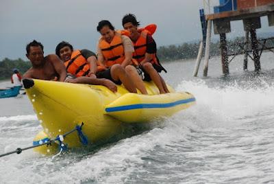Keseruan saat Banana Boat di Pantai Batukaras