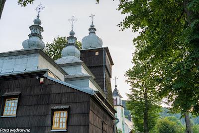Cerkiew w Uściu Gorlickim, za nią fragment kościoła  Matki Bożej Nieustającej Pomocy
