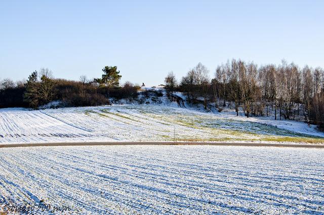 Widok na wzgórze Bełczyna od strony drogi