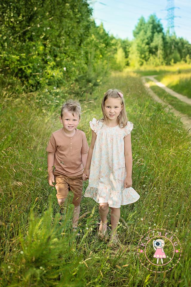 Siostra i brat na spacerze