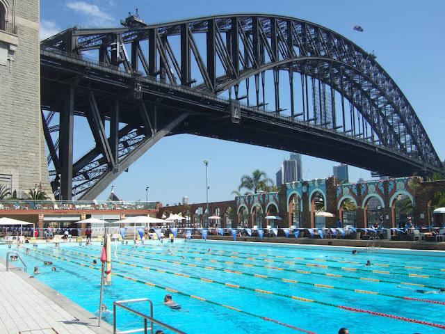 Khu phức hợp bể bơi Bắc Sydney có hồ bơi trong nhà, hồ bơi trẻ em ngoài trời và hồ bơi tiêu chuẩn Olympic. Du khách có thể trả tiền theo lượt hoặc mua gói thành viên. Điều tuyệt vời nhất ở các hồ bơi ngoài trời có lẽ là khoảng cách gần với cầu Cảng cũng như bến cảng trung tâm. Vừa bơi, vừa ngắm cảnh cũng là một trải nghiệm không tồi.