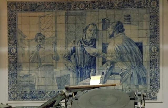 painel de azulejos representando uma gráfica do período medieval