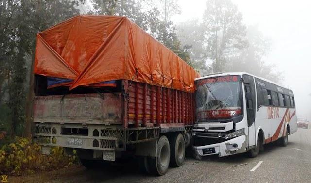 नागणी में ट्रक और बस की हुई टक्कर, वाहन चालक घायल ।