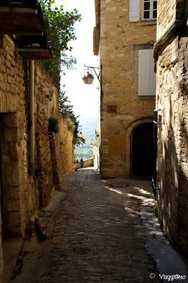 Strade e case in pietra del villaggio