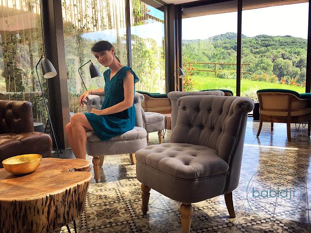 babidji assise dans le superbe salon du Cibus, le restaurant du Mas Salagros