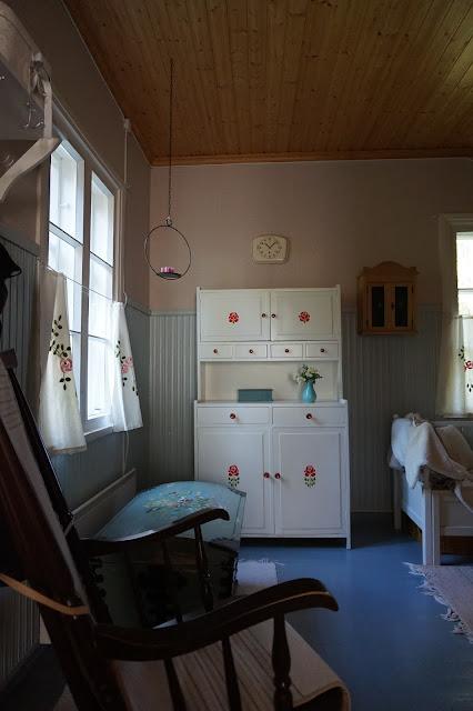 näkymä tuvasta, emännänkaappi, äidin kapiokirstu ja keinutuoli