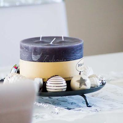 Weihnachtsdeko auf dem Esstisch. Kerzenteller mit weißen Zapfen. Kugeln aus Porzellan von House Doctor