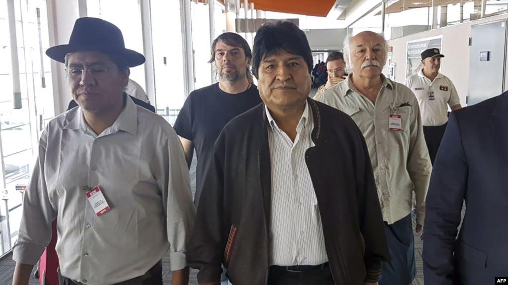 Foto de la Asociación Argentina de Trabajadores del Estado (ATE) y la Unión Central de Trabajadores de Argentina (CTA), del ex presidente boliviano Evo Morales y el ex canciller boliviano Diego Pary Rodríguez llegando a Argentina / AFP