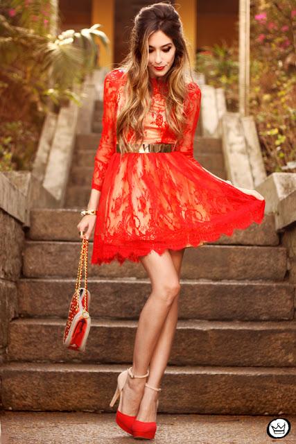 Se você ama arrasar em qualquer situação e quer se sair bem nas fotos, pode ter certeza que a escolha do look faz toda a diferença, então nunca se esqueça de escolher a melhor roupa para a ocasião. Uma cor super vibrante, marcante e que estar super na moda é o vermelho, pois o vermelho é a cor do amor, da paixão e é super romântica e fofa. É sem dúvidas uma cor corrina para quem quer surpreender. Calças, vestidos, blusas... Todas essas opções em vermelho, além dos acessórios e bolsas que fazem toda a diferença também. Para completar com o look escolha a cor dor esmalte puxado para o tom de vermelho, assim você fica completamente na melhor vibe. Você sem dúvidas vai ficar linda e super fofa.