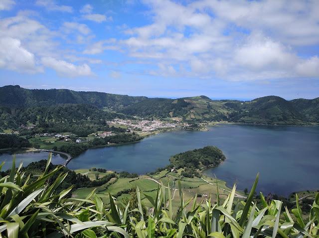 Vista de Lagoa Azul y Verde desde el Mirador de Cerrado Das Freiras en Sete Cidades (Azores)