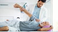 التهاب المفاصل مرض متكرر يصيب المفاصل والعظام ، ويجعل من الصعب التحرك دون التسبب في حدوث تهيج. على الرغم من أنه يظهر بشكل عام طوال سنوات البلوغ المتأخرة ، إلا أنه يمكن أن يصيب الأفراد من أي عمر ، حتى الأطفال. قد تسهل عليك تقنيات ومؤشرات التهاب المفاصل في هذه المقالة القصيرة فهم المشكلة والتعامل معها.  تساعد التمارين البدنية في تخفيف الآلام يُفهم أن التمارين المتواضعة ، مثل السباحة أو المشي ، تقلل من مشاكل المفاصل المتعلقة بالتهاب المفاصل. استشر طبيبك إذا كنت لا تشعر بالرضا عن ممارسة الرياضة البدنية.  ركز على تدريبات القوة. تم الكشف عن أن الأفراد الذين يعانون من التهاب المفاصل يزيدون من تعدد استخداماتهم وصحتهم العامة من خلال ممارسة تمارين القوة البدنية مرتين فقط في الأسبوع. التزم بالتمارين الخفيفة أو المتواضعة للحصول على المزايا المثلى دون التسبب في أي توتر غير ضروري في مفاصلك ، مما قد يؤدي إلى التورم.  تسكين الآلام قصير الأمد باستخدام الحرارة والبرودة للحصول على راحة قصيرة المدى ، قم بشراء وسادة تدفئة ذات حرارة رطبة. حاول الحصول على وسادة تدفئة توفر الحرارة الرطبة ، إذا كان التهاب المفاصل لديك مزعجًا حقًا أو يعيق الأداء الصحيح. بدل بين العلاجات الباردة والساخنة. يمكن لمفاصلك أن تفرط في ذلك بسرعة كبيرة ، لذلك ستحتاج إلى إيقاف الكمادات الساخنة وأكياس الثلج لتقليل أي وجع وتقليل كمية التورم التي تعاني منها. هذا هو أفضل علاج لاستخدامه قبل النوم. مرتين يوميًا هو وقت رائع للذهاب إليه. لا تدع هذا النوع من العلاج يحل محل طبيبك لاستراتيجية علاج طويلة الأمد.  من أجل المساعدة حقًا في تخفيف بعض التهيجات المصاحبة لالتهاب المفاصل في يديك أو أصابعك ، قد تفكر في استخدام الكريمات الموضعية. يساعد عدد من كريمات الألم هذه المفاصل على الاسترخاء ، مما يساعد حقًا في التخفيف من تهيج التهاب المفاصل. قبل استخدام هذه الكريمات ، تأكد من التحدث مع طبيبك.  لا تتوقف عن محاولة إيجاد طريقة للتعامل مع مشاكل آلام التهاب المفاصل. إذا كنت تواجه مشكلات في اكتشاف أي بدائل علاجية فعالة ، فإن التعامل مع حالة صحية معاقة يمكن أن يجعلك تشعر بخيبة الأمل والعجز. إذا كان ما تفعله لا يعمل ، فتحدث إلى طبيبك فيما يتعلق بخيارات العلاج الأخرى أو تحقق من العلاجات البديلة مثل الوخز بالإبر أو التغذية أو الطب الشامل حتى ت
