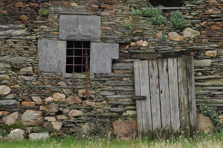 Fenêtre à accolade à La Porte Pirot, Pipriac