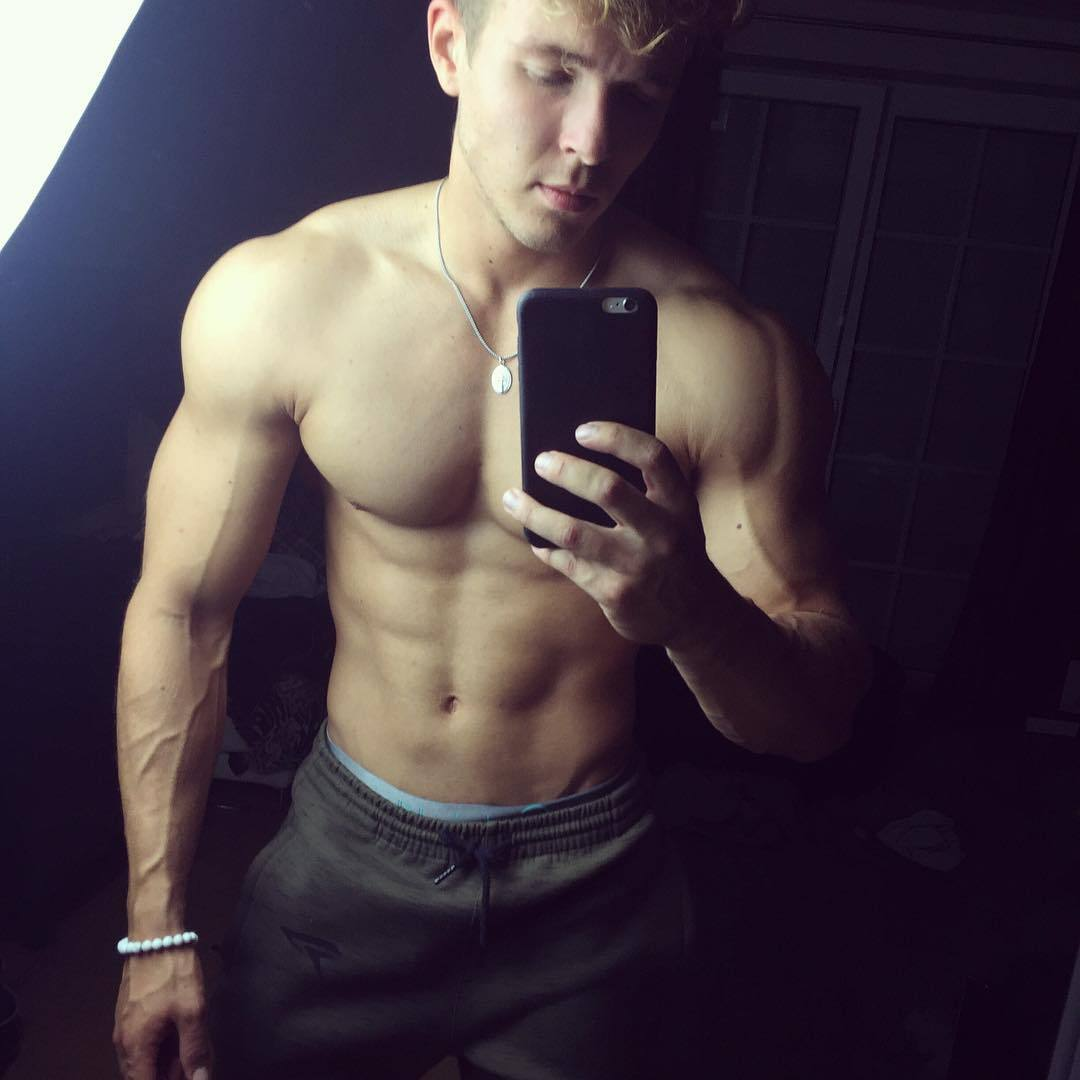 strong-young-muscular-guys-joe-dahler-shirtless-selfie