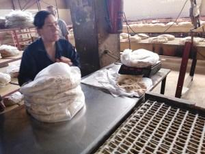 عاملة في مخبز شهبا بالسويداء مهددة بعقوبة مخالفة الوزن؟ وليس لديها ميزان!!