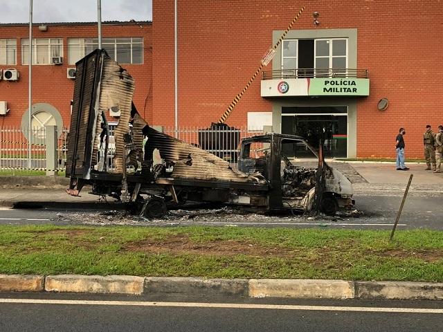 Quadrilha assalta banco, faz reféns e ataca batalhão da PM em Santa Catarina