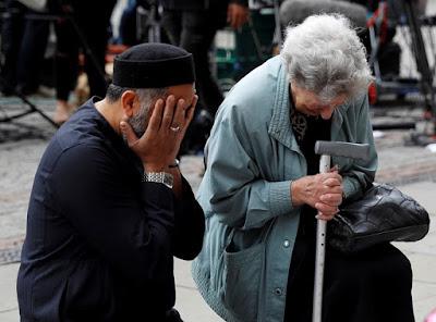 Muçulmano reza com judia em memorial às vítimas de Manchester