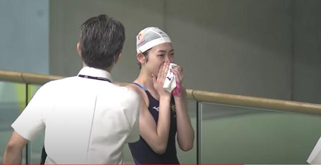 Nadadora japonesa se emociona ao voltar às piscinas depois de 594 dias