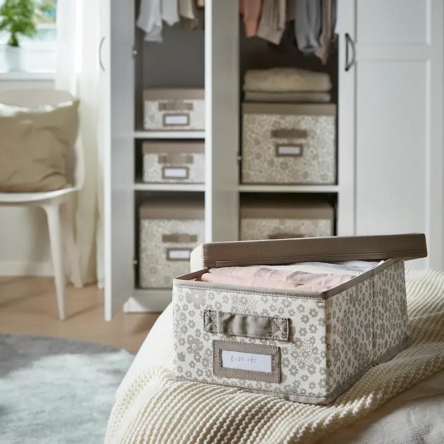 Orden en los armarios gracias a las cajas con tapa y etiquetas