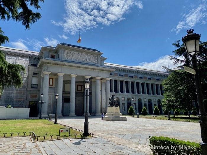 プラド美術館のベラスケスの門と美しいマドリードの青い空