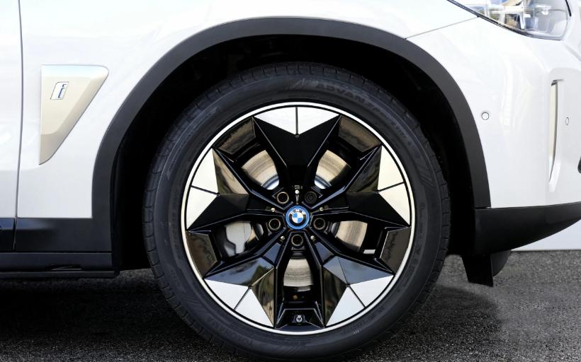 لعبة الفوارق السبع في BMW iX3