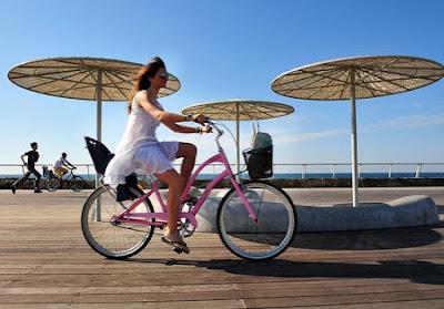 """La revista de economía internacional Forbes calificó a Tel Aviv en el puesto 15 de los destinos más bellos del mundo. Según la publicación, """"la fuerza principal de Tel Aviv no reside necesariamente en los cafés y restaurantes, sino en las personas que aman la buena vida""""."""