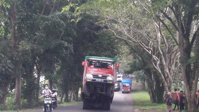 Sebuah Truck Naas Nyaris Jungkir Balik