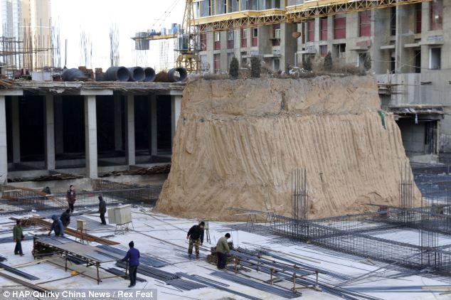 Makam Diapit Gedung Tinggi China