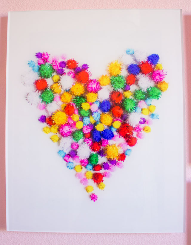 Love this pom-pom heart wall art! Download your free printable here