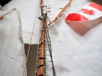 Dettaglio delle vele del Bluenose I Amati con la bandiera rossa del Canada
