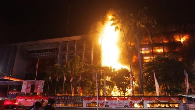 Indikasi Gedung Dibakar, DPR Desak Nonaktifkan Pejabat Kejagung