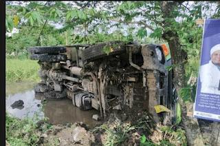 Diduga Rem Bolong, Dump Truck Pengangkut Material Proyek KEK Mandalika Terguling