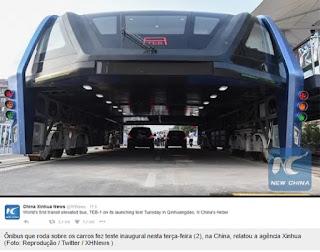 China testa ônibus capaz de trafegar sobre outros veículos.