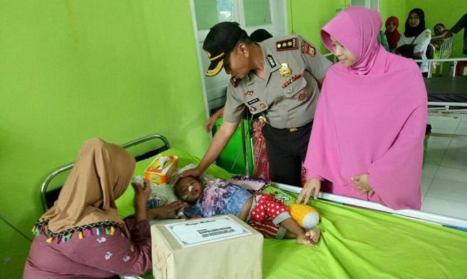 Kapolres Sinjai Jenguk Bocah Penderita Gangguan Pencernaan di RS