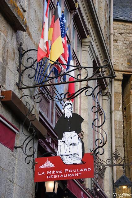 Le tipiche insegne in ferro battuto sulla Grand Rue