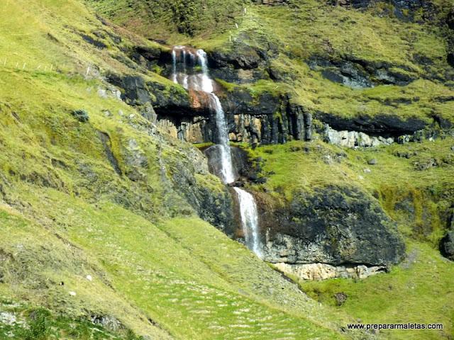 cascadas de verano por la carretera Islandia