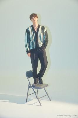 Jin stojący przodem na krześle