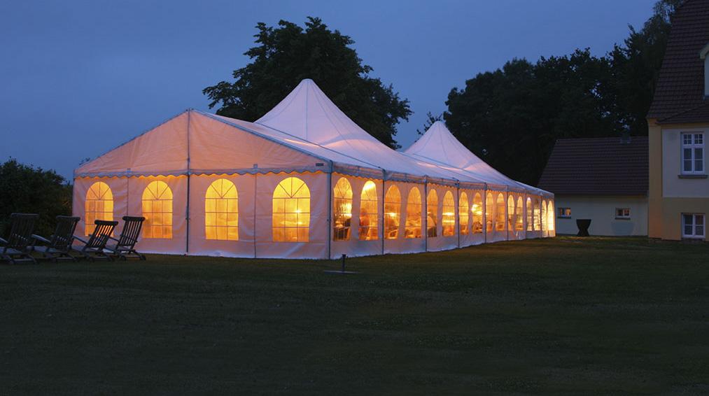 Pesta di rumah malam hari lebih elegan dengan tenda roder