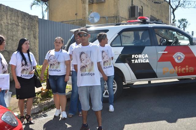 Amigos e Parentes Protestaram em frente ao Fórum durante Audiência do Caso da Morte da Janaina