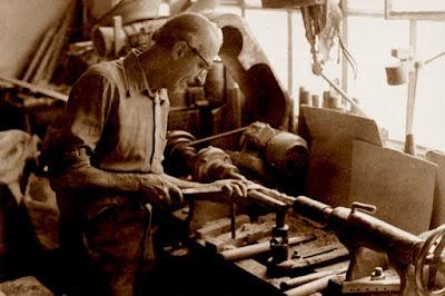 Torneando un flabiol o caramillo, años 30