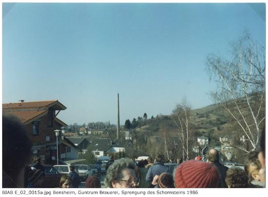 BIAB_E_02_00015a: Bilder der Sprengung des Schornsteines, Brauerei Guntrum, Bensheim 1986, Quelle: Norbert Clara, Bensheim