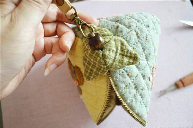 Patchwork and Quilted Zip Pouch / Cosmetic Bag.  DIY Photo Tutorial