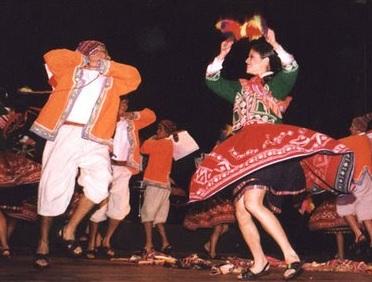 Foto de jóvenes bailando la danza Quinua Ccakuy - Vestimenta