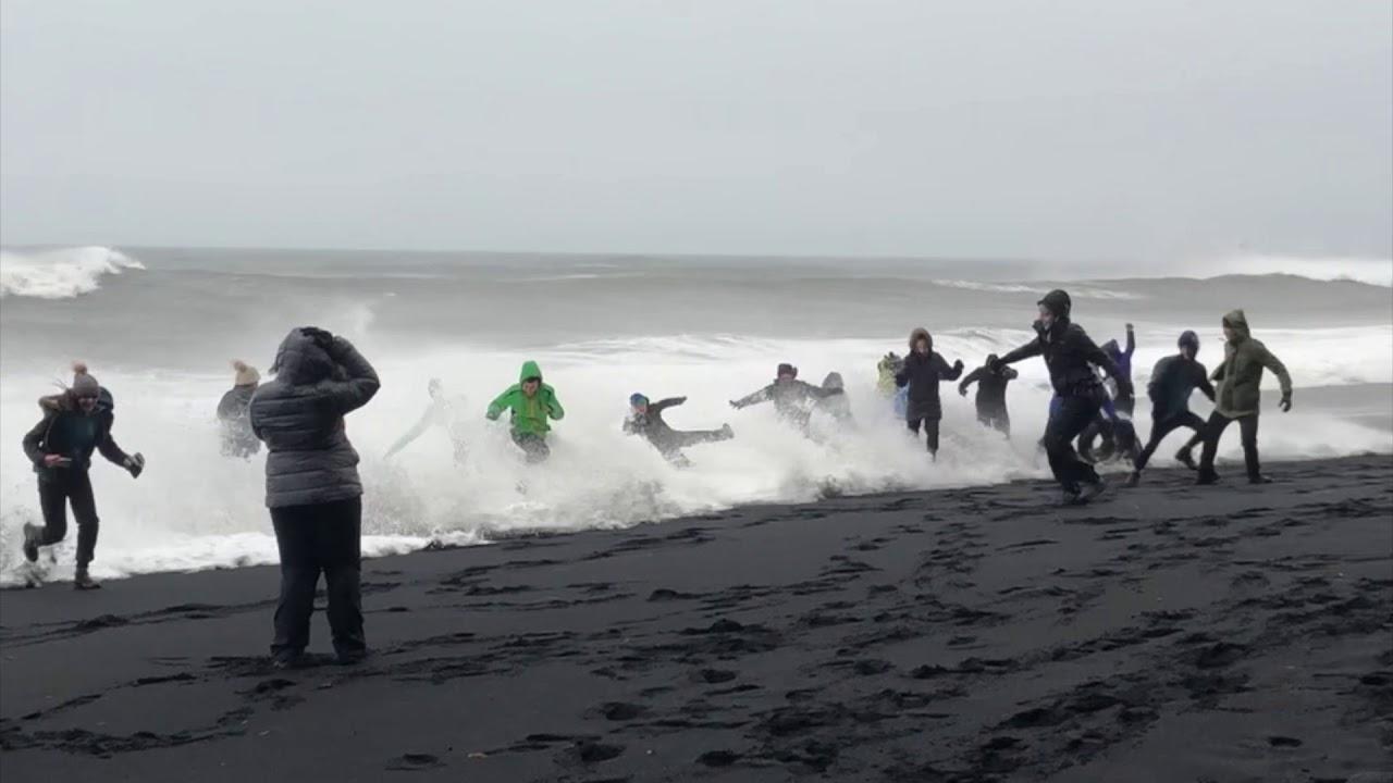 Сильные волны черного пляжа Рейнисфьяра в Исландии