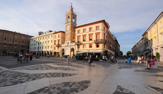 Passeio pela Piazza Tre Martiri em Rimini