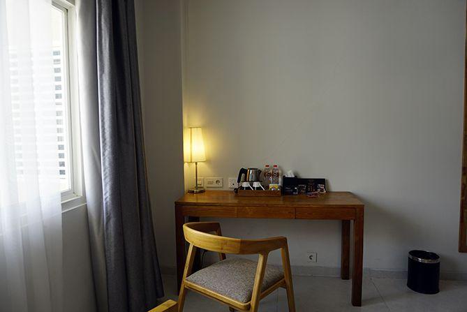 Meja panjang yang ada di kamar  Pollos Hotel and Gallery Rembang