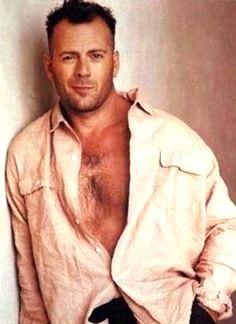 Foto de Bruce Willis con el pecho decubierto