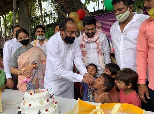 स्लम बस्ती के बच्चों के बीच मनाया गया डाॅ0 संजीव चैरसिया का जन्मदिन