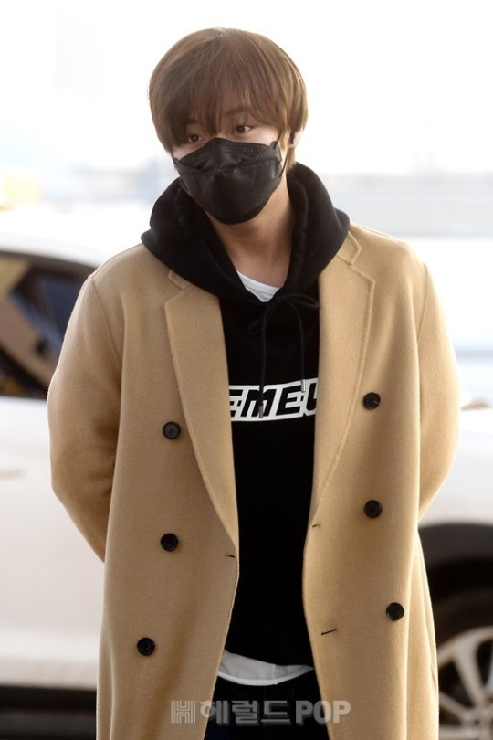 Singer Park Jihoon showed off his shining eyes even with mask on his way to attend overseas schedule.