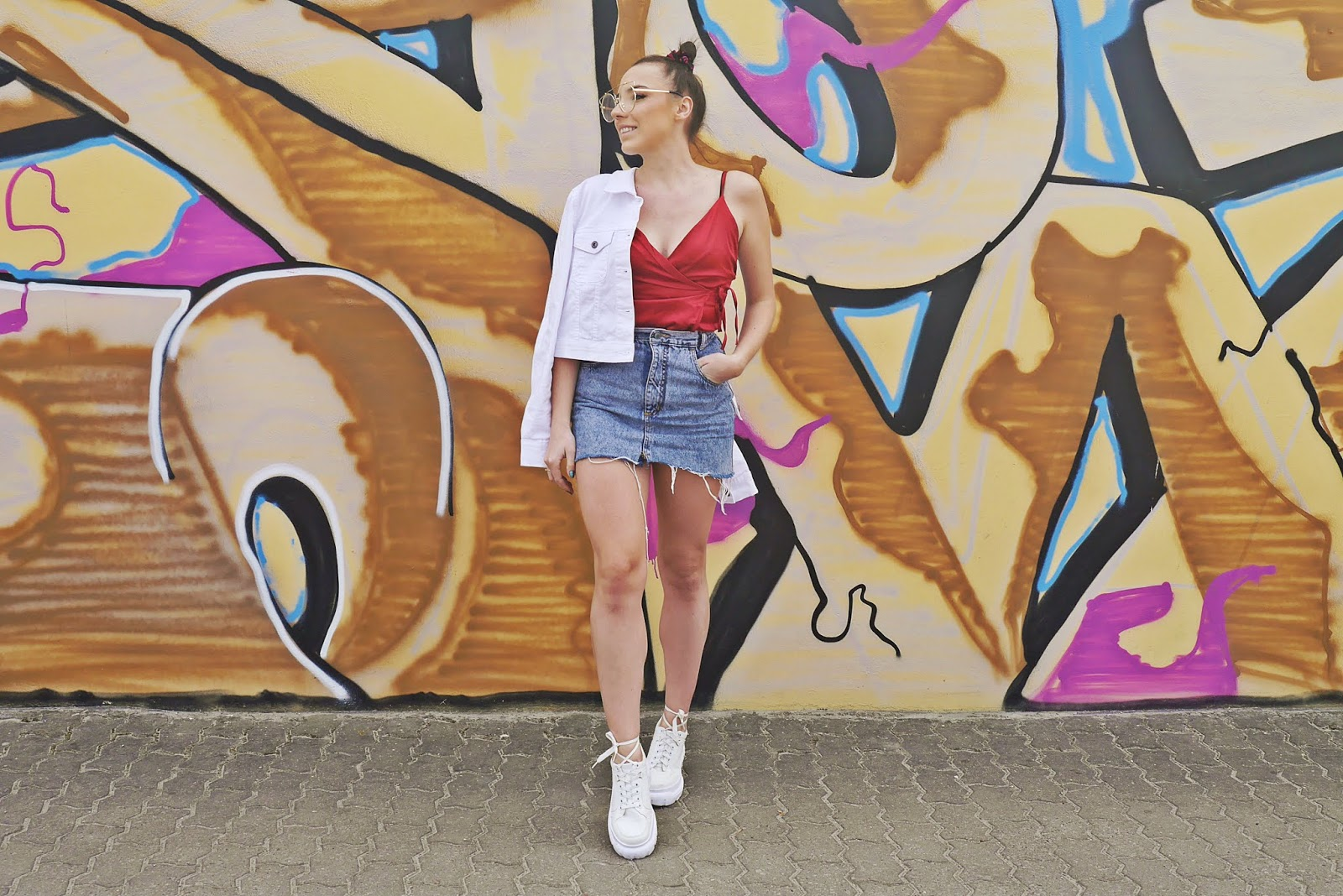 denim white jacket ugly shoes red top blue skirt look outfit karyn fashion bloger